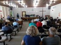 Secretário municipal responde perguntas de vereadores.